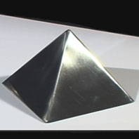 Moule Pyramide Inox 19 cm DE BUYER